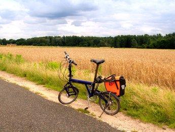 Faltrad am Straßenrand